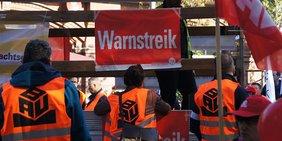 Teilnehmer mit Westen am IG BAU Warnstreik der Gebäudereiniger in Berlin September 2019