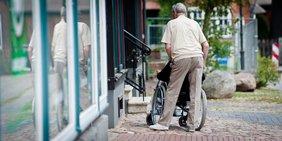 Rollstuhlfahrer mit Betreuer