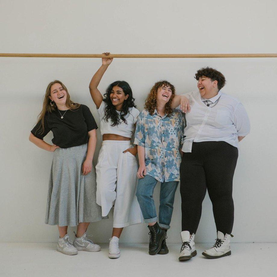vier junge Frauen