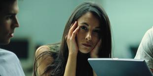 Frau, unglücklich, in Bürosituation