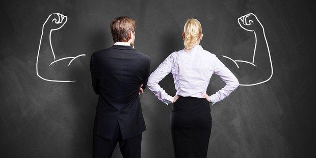 Mann und Frau vor Tafel mit gezeichneten Muskeln