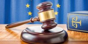 Hammer auf Tisch vor Europafahne