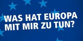 """Europawahlkampagne 2019. Schriftzug weiß auf blau """"Was hat Europa mit mir zu tun?"""""""