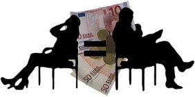 Schattriß einer Frau und eines Mannes in jeweils einem Stuhl getrennt durch ein Gleichheitszeichen , als Hintergrund Bargeld