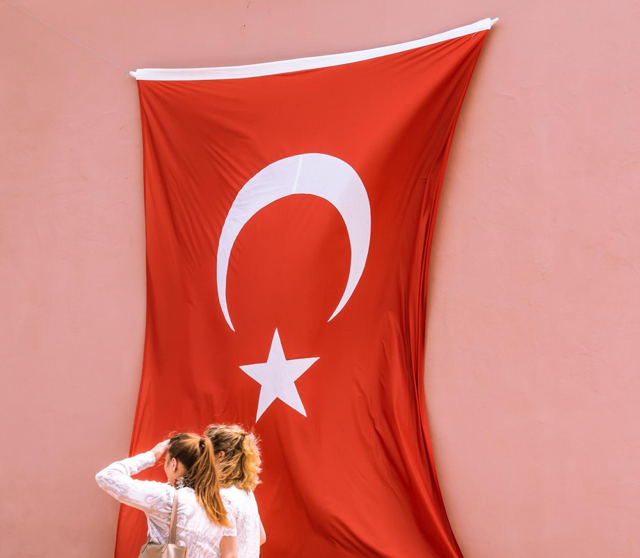 zwei Frauen vor türkischer Flagge