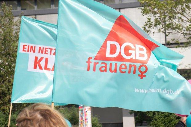türkise Fahne der DGB Frauen